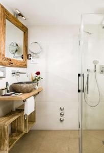 A bathroom at Berghotel Rehlegg