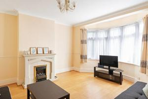 A television and/or entertainment center at Large Three Double Room With Garden and Parking