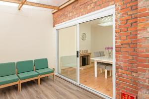A seating area at Large Three Double Room With Garden and Parking