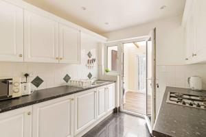 A kitchen or kitchenette at Large Three Double Room With Garden and Parking