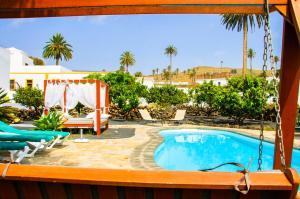 The swimming pool at or near Casa Rural Villa Lola Y Juan