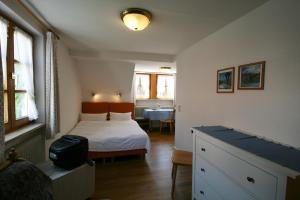 A bed or beds in a room at Hotel-Gasthof Rose