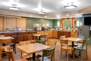A restaurant or other place to eat at AmericInn by Wyndham Havre