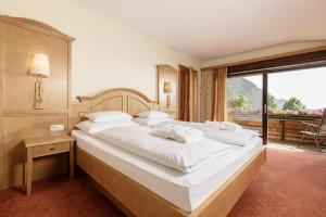 A bed or beds in a room at Hotel Pirchnerhof
