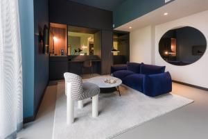 A seating area at EmiLu Hotel
