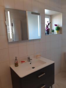 Salle de bains dans l'établissement LES ORCHIDEES Ch Hôtes B&B 14 personnes Jaunay-Clan