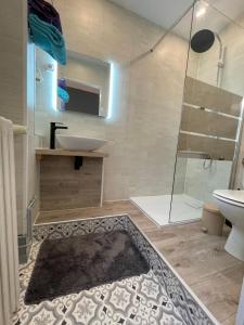 A bathroom at Picardy