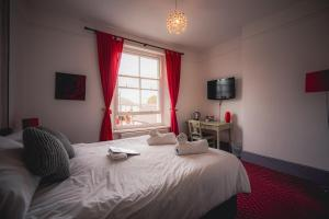 A bed or beds in a room at Royal Oak Hawkhurst