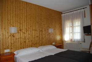 A bed or beds in a room at Pension Casa Vicenta