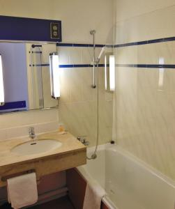 A bathroom at The Originals City, Hotel Otelinn, Caen (Inter-Hotel)