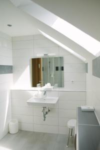 A bathroom at Gästehäuser Kappelmühle