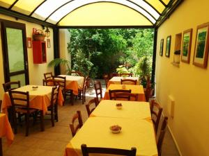 A restaurant or other place to eat at Hotel Cavour