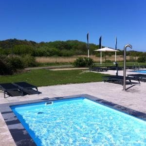 Het zwembad bij of vlak bij Fletcher Zuiderduin Beachhotel