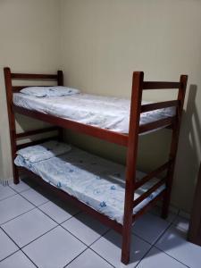 Uma ou mais camas em beliche em um quarto em Pousada do Beto