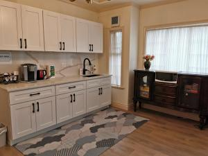 A kitchen or kitchenette at Go House