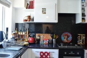 A kitchen or kitchenette at Bright and Colourful 1 Bedroom Flat in Stoke Newington