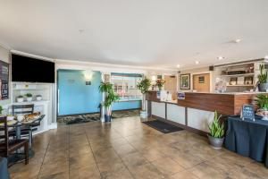 The lobby or reception area at Red Lion Inn & Suites at Olympic National Park