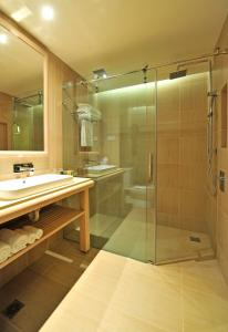 A bathroom at Crowne Plaza Alice Springs Lasseters, an IHG Hotel