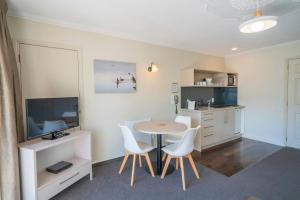A television and/or entertainment center at Silver Fern Rotorua - Accommodation & Spa