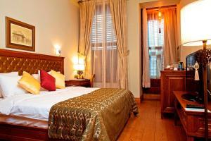 Een bed of bedden in een kamer bij Celine Hotel - Ottoman Mansion