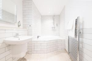 A bathroom at The Castle, by Innkeeper's Collection
