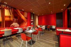 Ein Restaurant oder anderes Speiselokal in der Unterkunft ibis Hamburg Alsterring