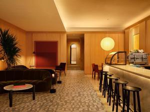 El salón o zona de bar de The Moore