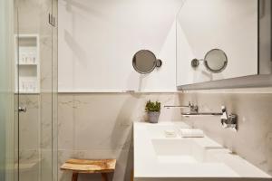 Salle de bains dans l'établissement Puente Romano Beach Resort