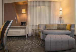 A seating area at Courtyard by Marriott Philadelphia Bensalem