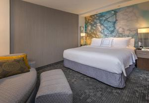 A bed or beds in a room at Courtyard by Marriott Philadelphia Bensalem