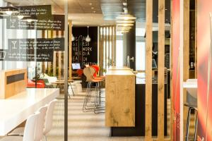 A restaurant or other place to eat at Ibis Sevilla