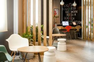 The lounge or bar area at Ibis Sevilla