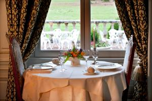 A restaurant or other place to eat at Château des Monthairons & Spa