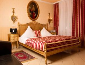 A bed or beds in a room at Hotel Don Giovanni