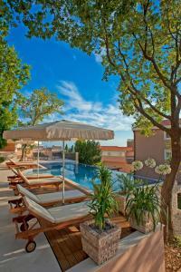 Der Swimmingpool an oder in der Nähe von Harmonia Bungalows & Pool