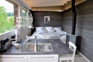 Küche/Küchenzeile in der Unterkunft Cabane dans les arbres / Swin-golf de Cremin