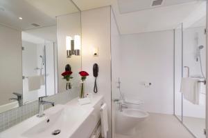 A bathroom at Adagio Abu Dhabi Al Bustan
