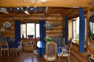 A restaurant or other place to eat at Wildhorse Mountain Guest Ranch Bed & Breakfast