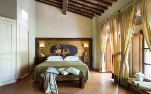 Кровать или кровати в номере Villa Campomaggio Resort & SPA
