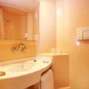A bathroom at Premiere Classe Bordeaux Sud Villenave D'ornon