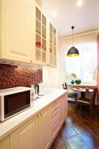 Кухня или мини-кухня в Apartment on Rubinsteina 9/3