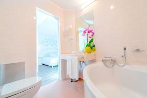A bathroom at Hotel Madeira