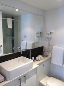 A bathroom at Morgans Boutique Hotel