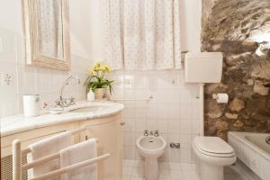 A bathroom at Villa La Roccia - Arienzo