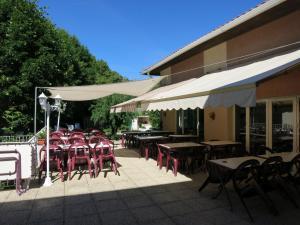 Restaurant ou autre lieu de restauration dans l'établissement Le Pidanoux