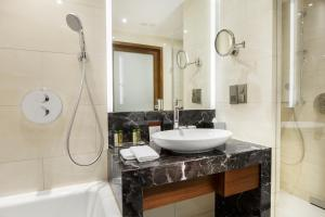 A bathroom at DoubleTree by Hilton Hotel & Conference Centre Warsaw