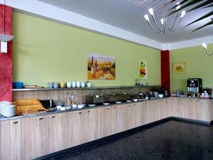 A restaurant or other place to eat at West Hotel an der Sächsischen Weinstrasse