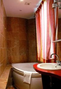 A bathroom at Hotel Cambrai