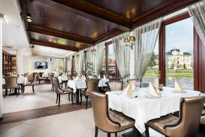 A restaurant or other place to eat at Aventinus Hotel