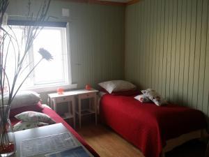 En eller flere senger på et rom på B&B Nyksund